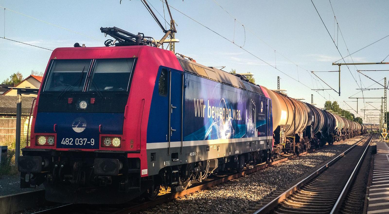 JULI-MOTIV | ©Foto: Denis Herwig | railmen | Lokführer im Dienst für InfraLeuna | Gütertransport macht Zwischenstopp in Hallstadt wegen Zugüberholung | Baureihe 482