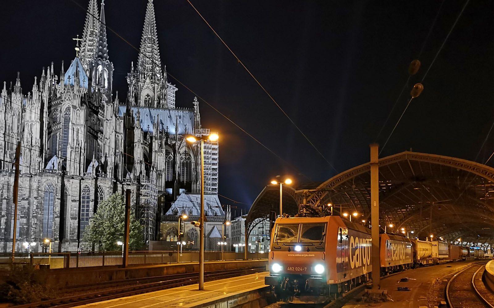 ©FOTO: RAILMEN-LOKFÜHRER ANDRÉ ROSENDAHL Güterzüge im Kölner Hauptbahnhof sind zwar Nachts öfters zu sehen, für mich jedoch war es das erste Mal und so habe ich den Halt zum Feierabend genutzt, um ein Foto des Zuges der SBB Cargo zu Füßen des Kölner Doms aufzunehmen.