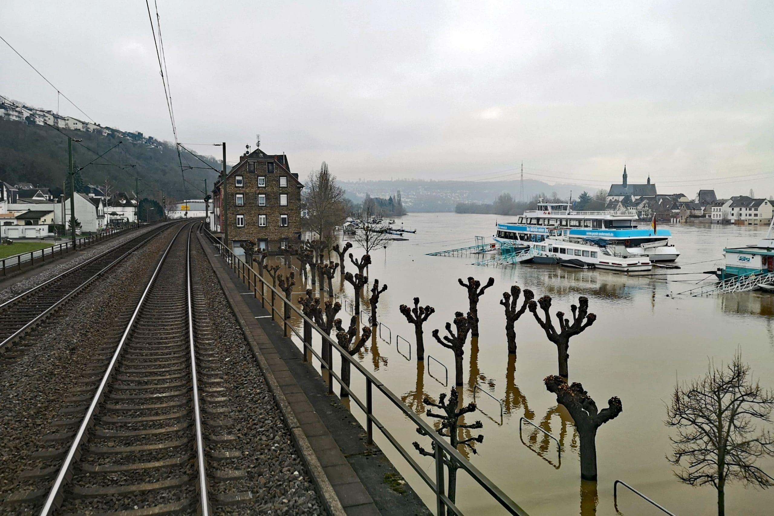 ©Foto: André Rosendahl   railmen   Überschwemmter Hafen von Vallendar, einer Kleinstadt am rechten Ufer des Mittelrheins, südwärts fahrend.