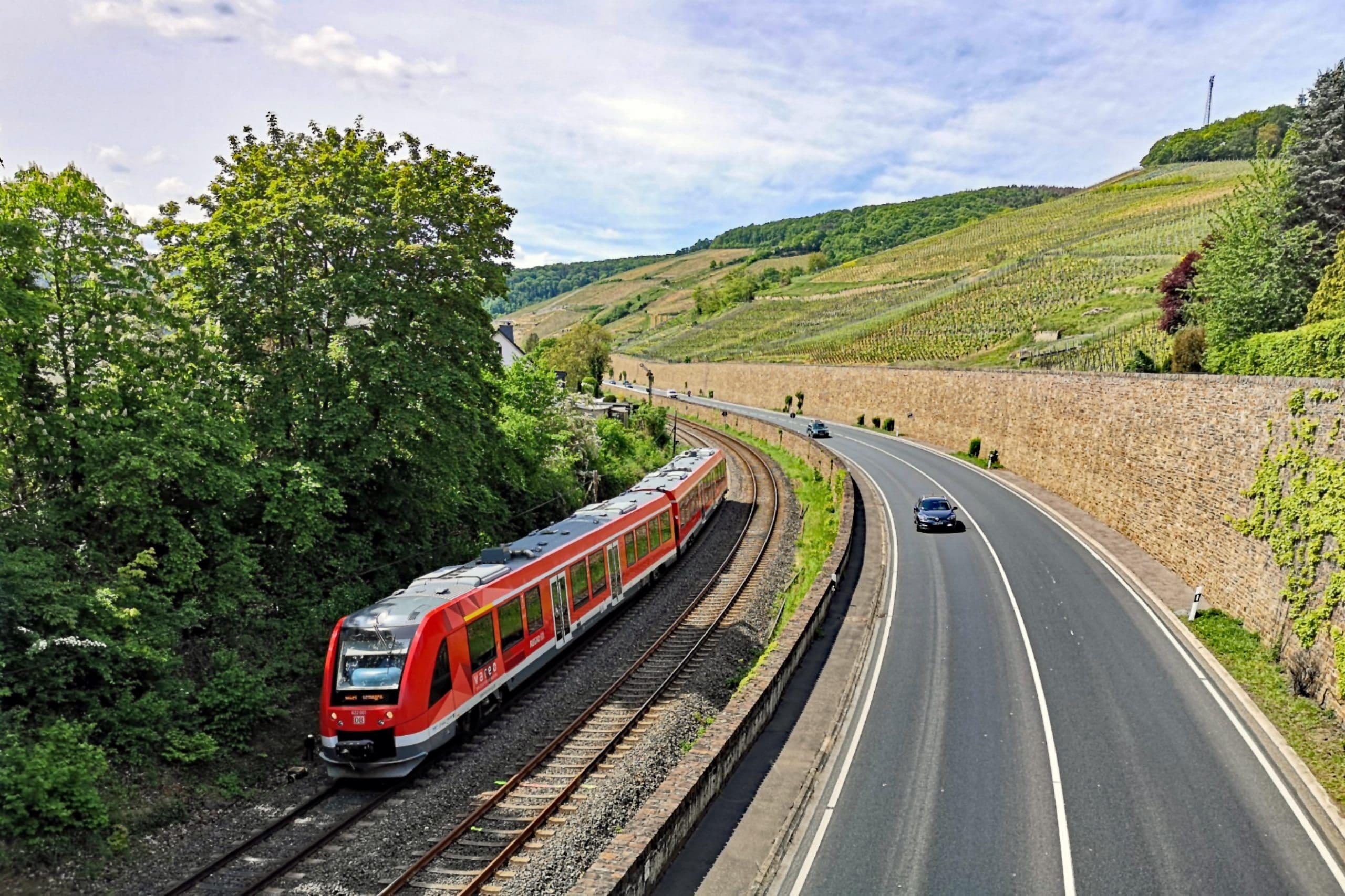 ©Foto: André Rosendahl   railmen   Entlang der Weinberge: Die Ahrtalbahn zwischen Ahrbrück und Remagen. Hier fährt der Zug von DB Regio gerade an der Altstadt von Ahrweiler vorbei.