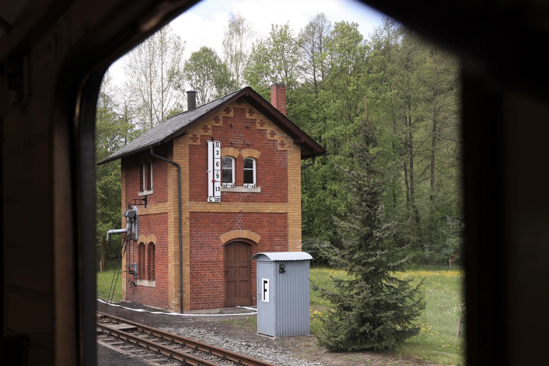 ©Foto: Christian Wodzinski | railmen | Bahnhof Steinbach mit dem bekannten Wasserhaus am Endpunkt der von Jöhstadt kommenden Museumsbahn.