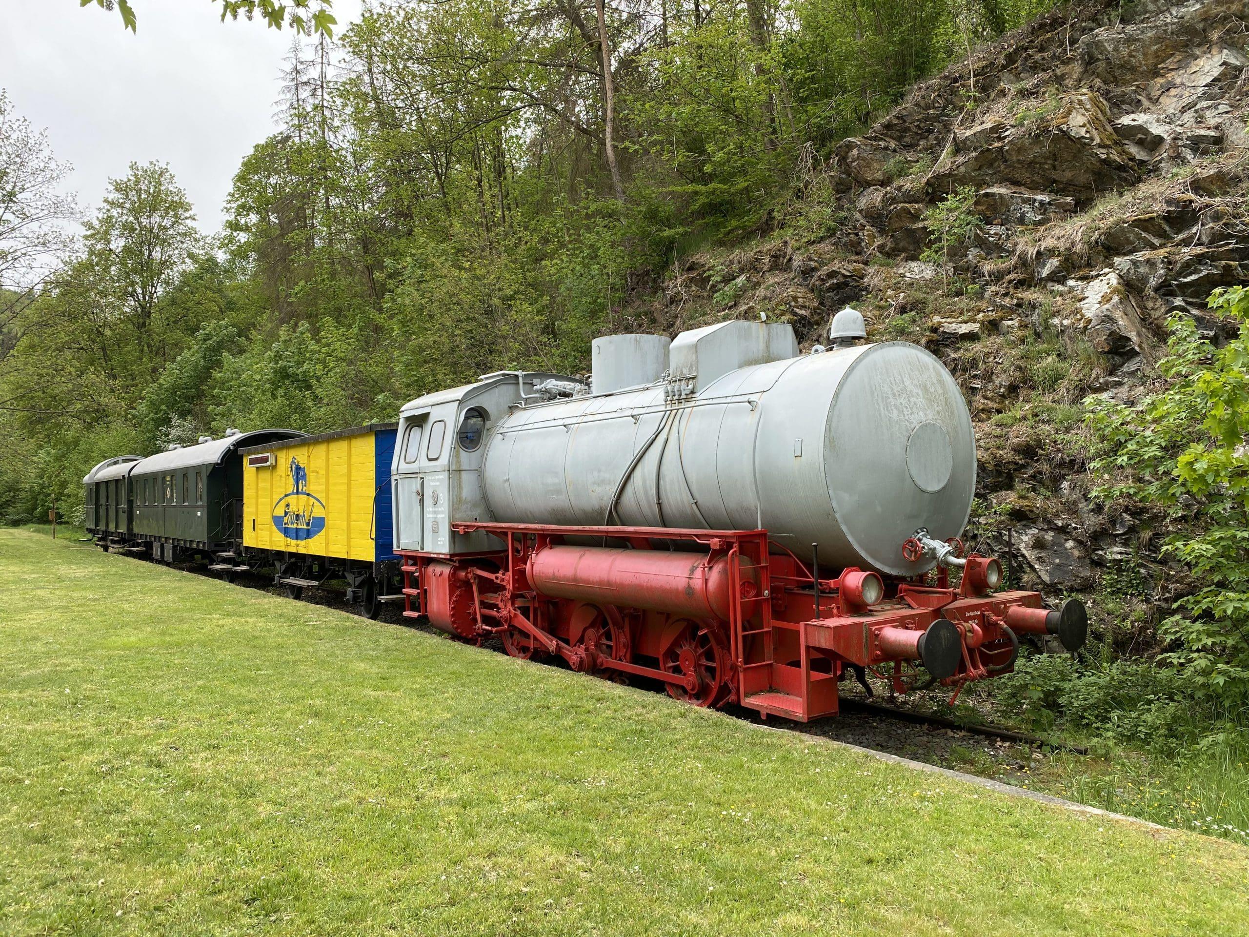 ©Foto: Jan Krehl   railmen   Diese 1969 in Babelsberg gebaute Dampfspeicherlokomotive steht vor dem Bahnhof Lichtenberg, dem heutigen Informationszentrum zum Naturpark Frankenwald, welcher im Höllental liegt.