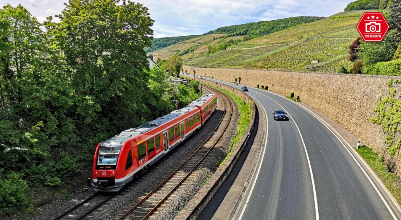 Entlang der Weinberge: Die Ahrtalbahn zwischen Ahrbrück und Remagen. Hier fährt der Zug von DB Regio gerade an der Altstadt von Ahrweiler vorbei.