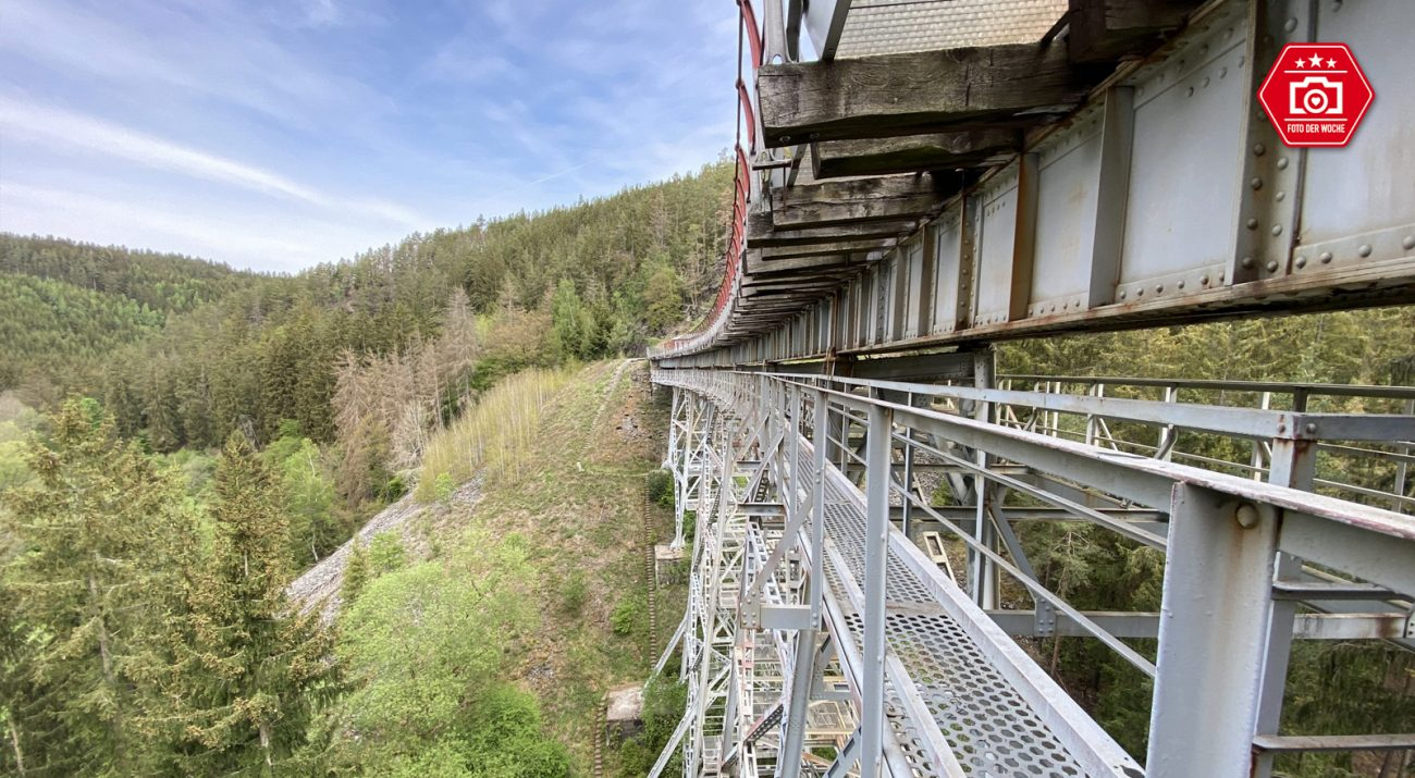 ©Foto: Jan Krehl   railmen   Die Ziemestalbrücke ist ein Stahlviadukt mit 115m Länge und 32m Höhe. Es liegt in einem Gleisbogen mit einem Radius von 193m und hat 2 Promille Gefälle. Der klassische Eisenbahnverkehr ist seit vielen Jahren eingestellt. Ein Verein kämpft derzeit für die Wiederinbetriebnahme der Strecke und Brücke.